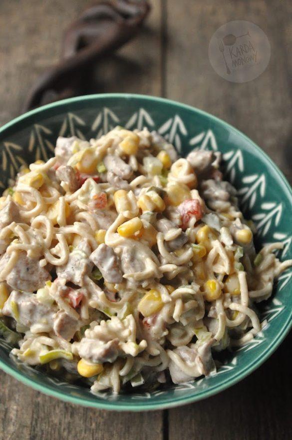 Sałatka z makaronem chińskim, kukurydzą i papryką