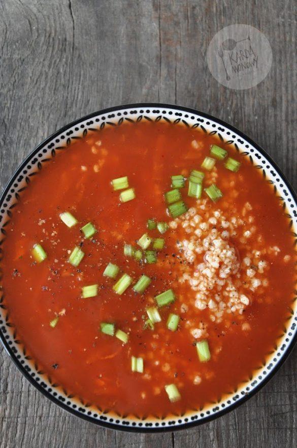 Zupa pomidorowa z kaszą i szczypiorkiem