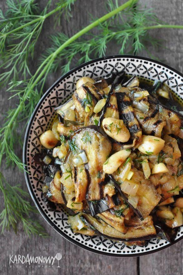 Wegański bakłażan a'la śledzie z curry, migdałami i koperkiem