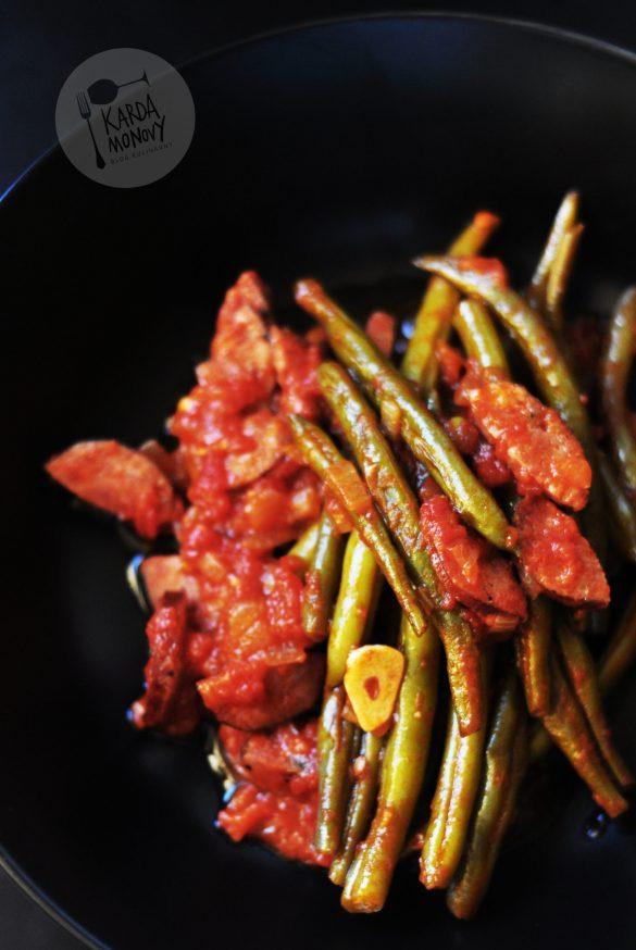 Fasolka szparagowa z kiełbasą w sosie pomidorowym