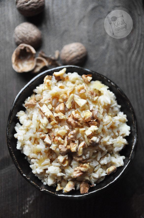 Brązowy ryż z jabłkami, miodem i orzechami