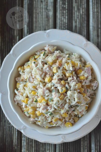 Sałatka z ryżem, porem, kukurydzą i wędzonym kurczakiem