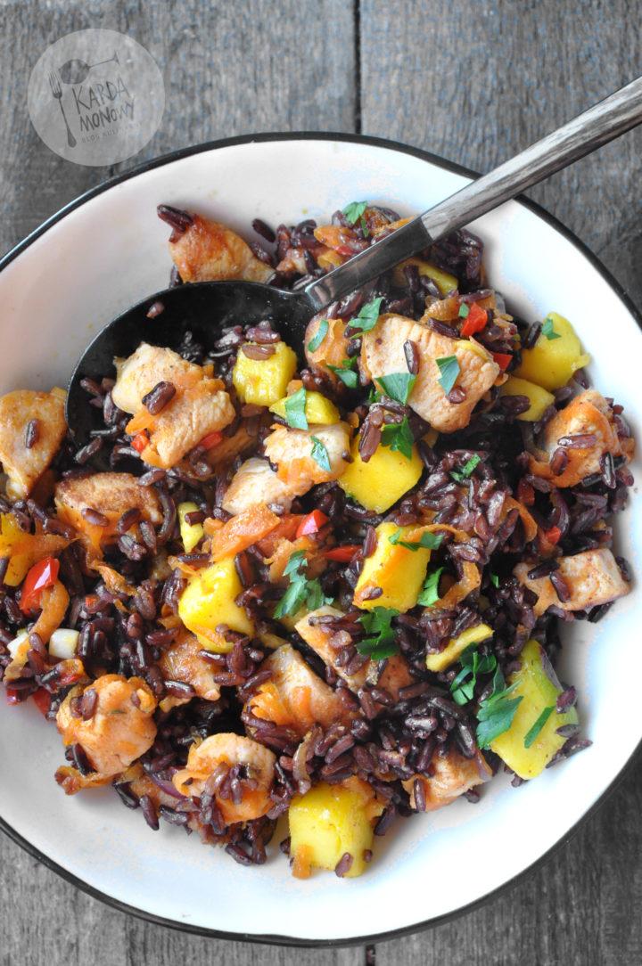 Czarny ryż z kurczakiem i mango
