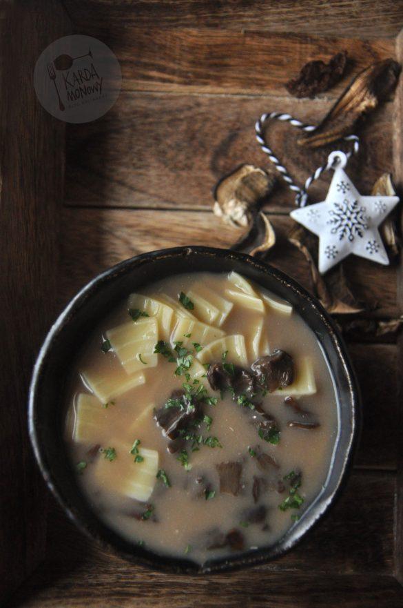Wigilijna zupa grzybowa z suszonych grzybów i z łazankami
