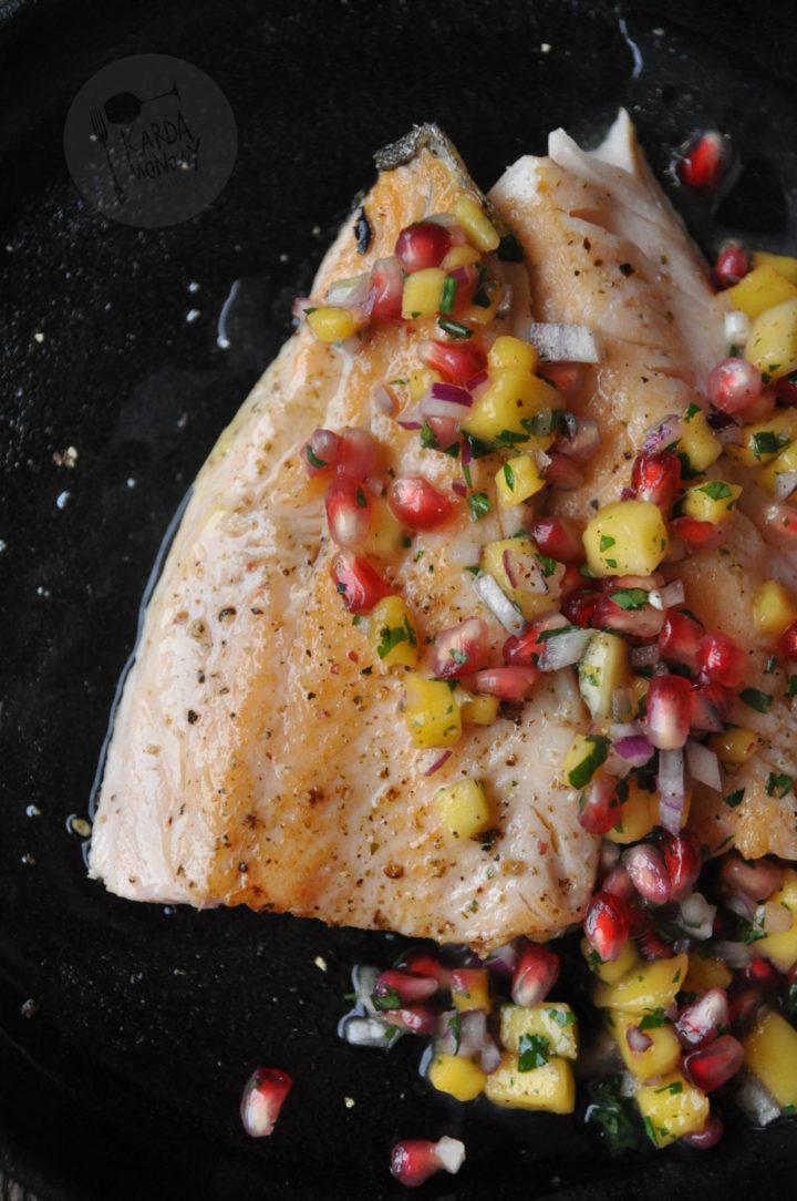 Pstrąg łososiowy z salsą z mango i granata