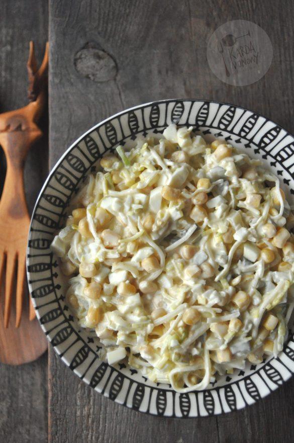 Sałatka z jajkami, porem, selerem i ogórkami konserwowymi