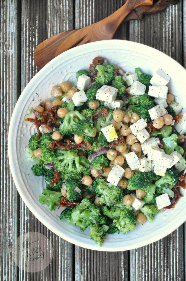 Sałatka z brokułami, ciecierzycą i fetą