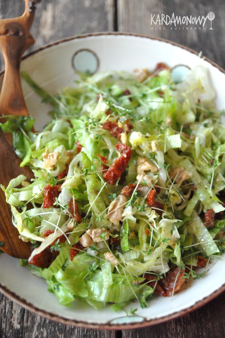 Sałatka z sałaty lodowej, rzeżuchy i suszonych pomidorów
