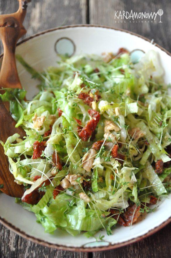 Sałatka z sałaty lodowej, rzeżuchy, suszonych pomidorów i orzechów włoskich