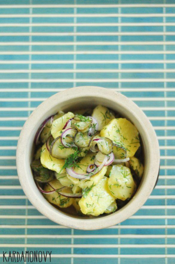 Sałatka ziemniaczana z ogórkami kiszonymi, cebulą i koperkiem