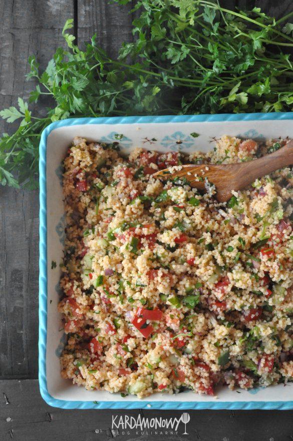 Tabbouleh z kuskusem, pomidorami, ogórkami i ziołami