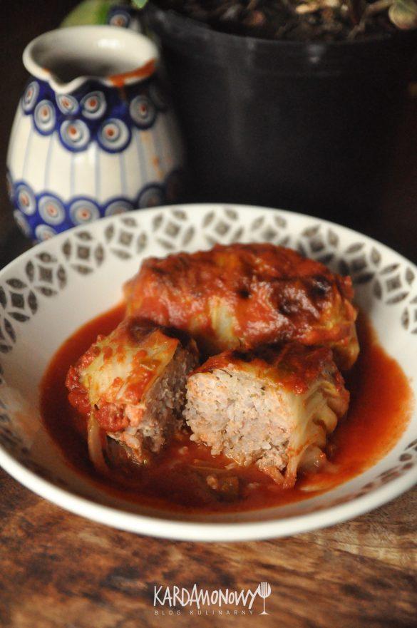 Pieczone gołąbki z młodej kapusty z mięsem mielonym i ryżem