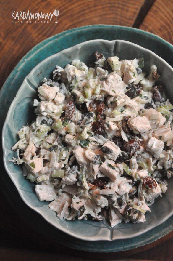 Sałatka z gotowanego kurczaka, pora, rodzynek, selera naciowego i natki pietruszki