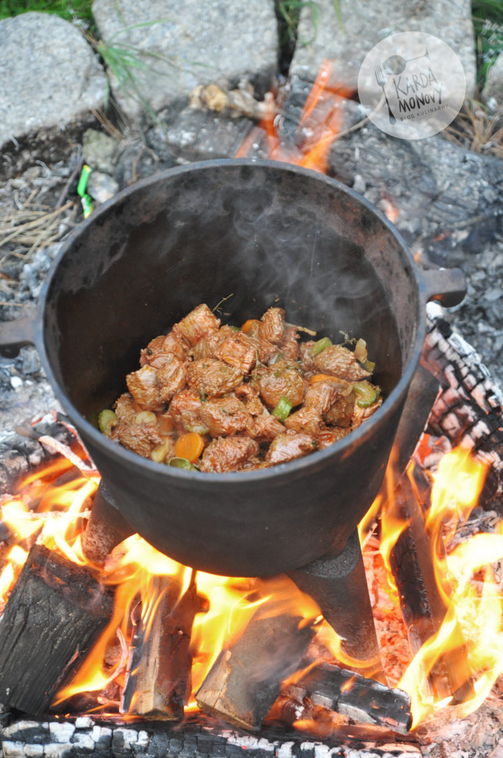 Gulasz wołowy z kociołka