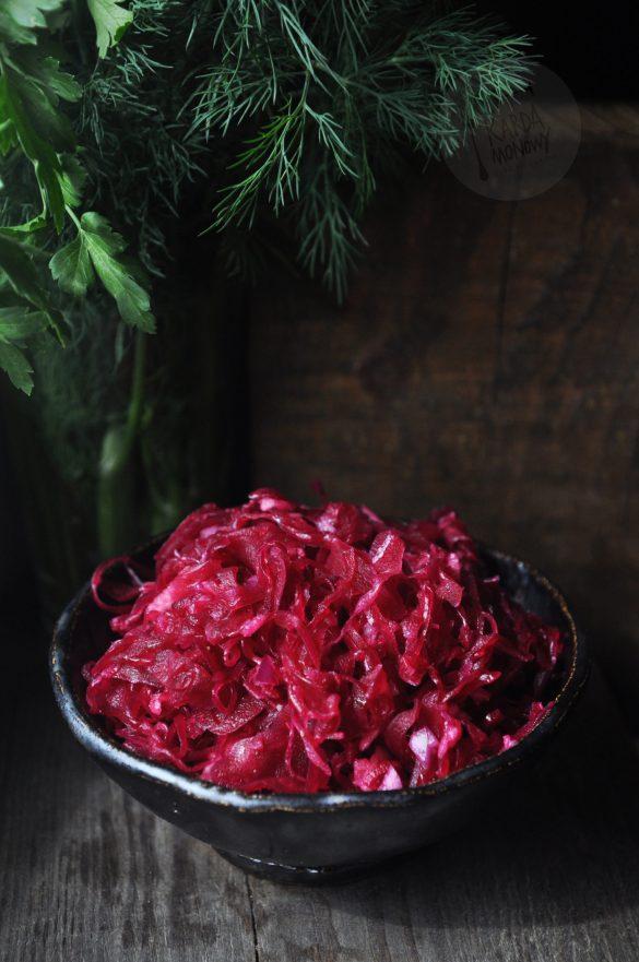 Surówka z kiszonej czerwonej kapusty, marchewki i cebuli
