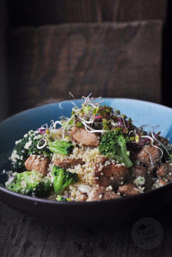 Kuskus z brokułami, indykiem i kiełkami