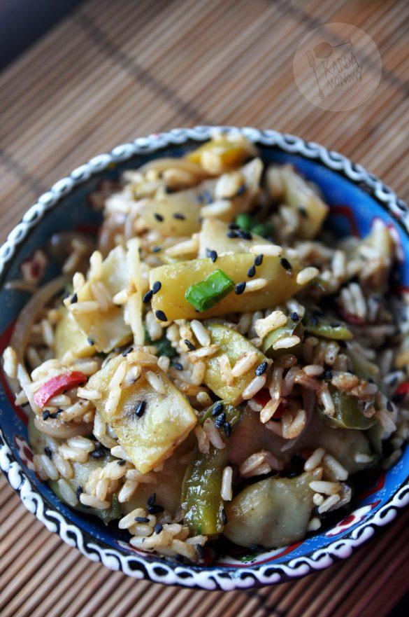 Fasolka szparagowa z ciemnym ryżem i papryką