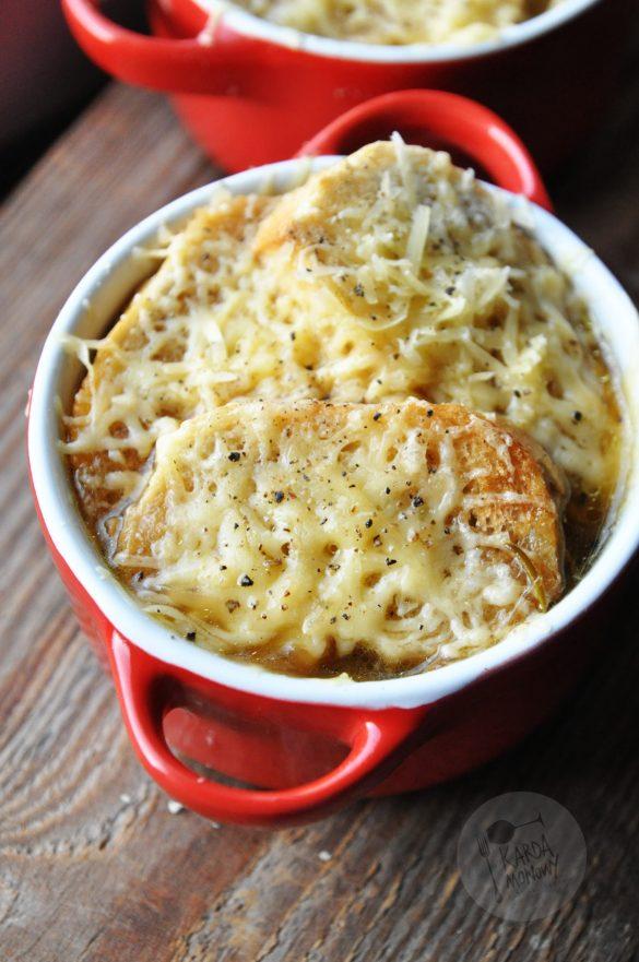 Zupa cebulowa z rozmarynem, bagietkami i serem