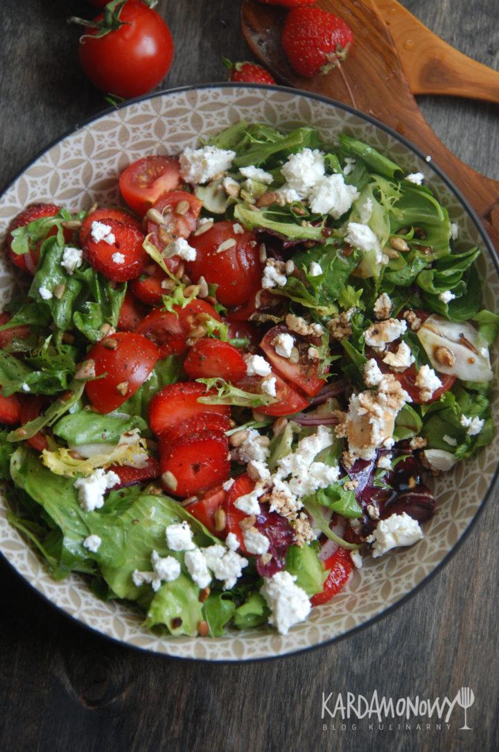 Sałatka z truskawkami, pomidorami i fetą