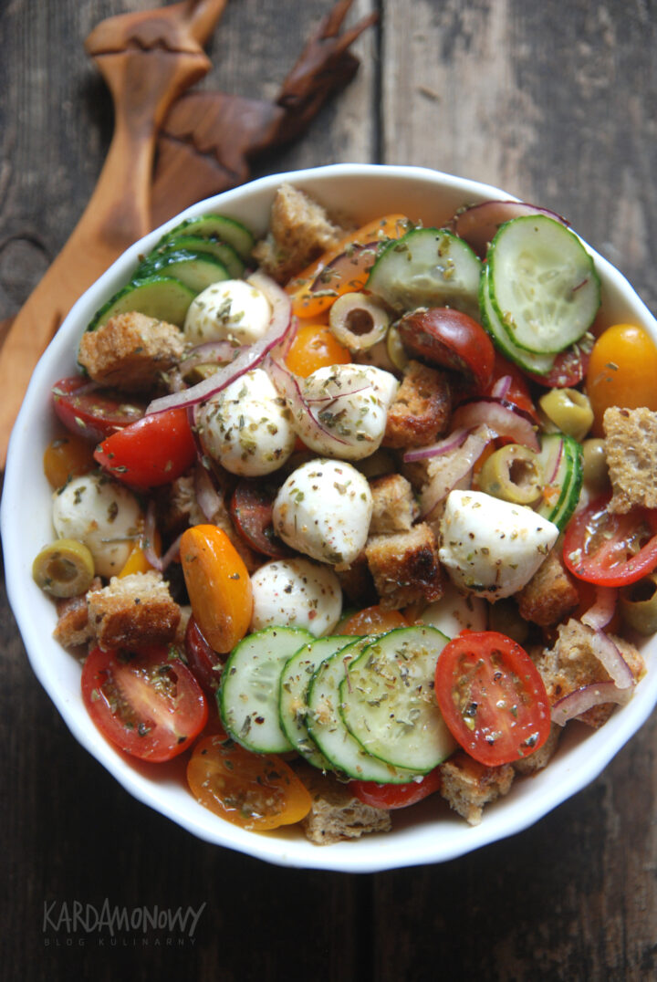 Panzanella z ogórkami i mozzarellą
