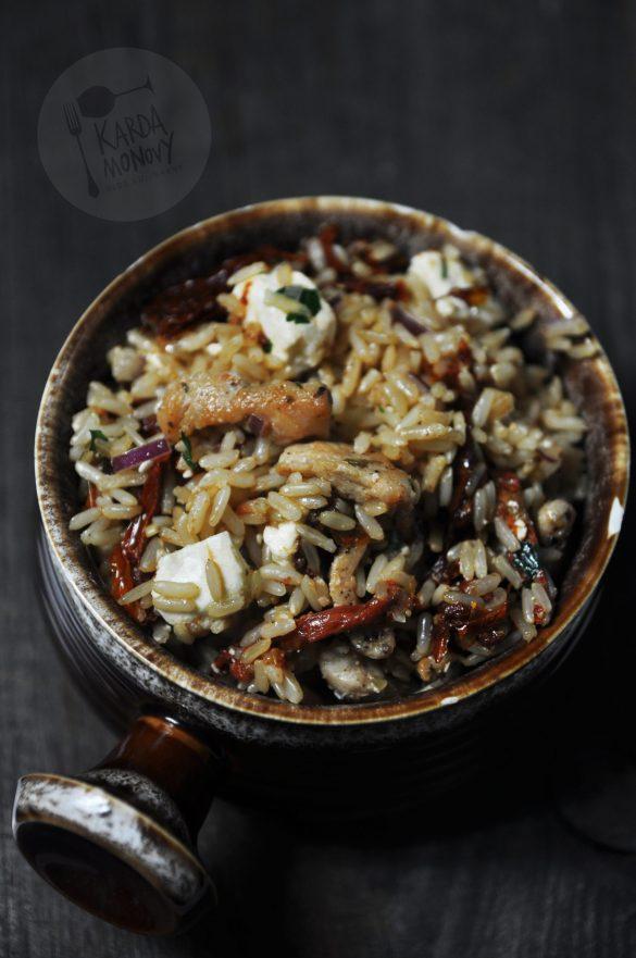 Ciemny ryż z kurczakiem, fetą i suszonymi pomidorami