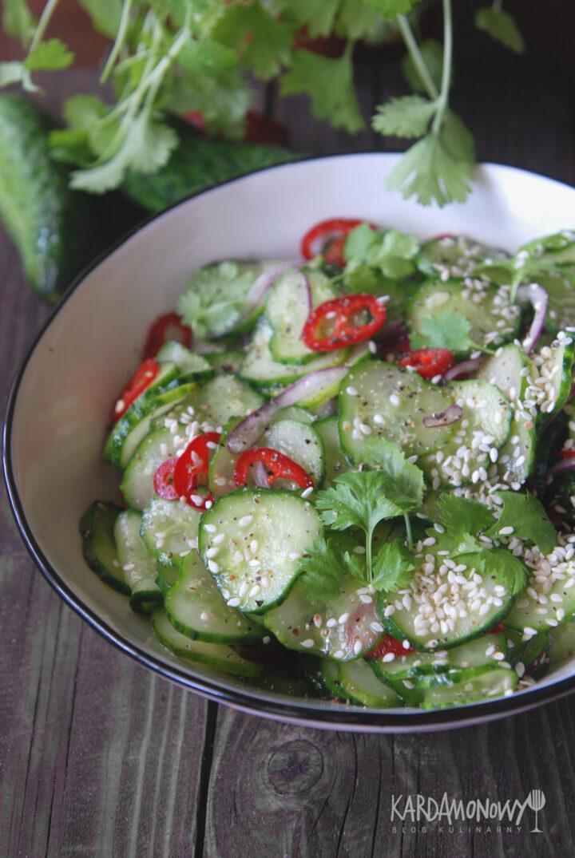 Sałatka z ogórkami, chili i kolendrą