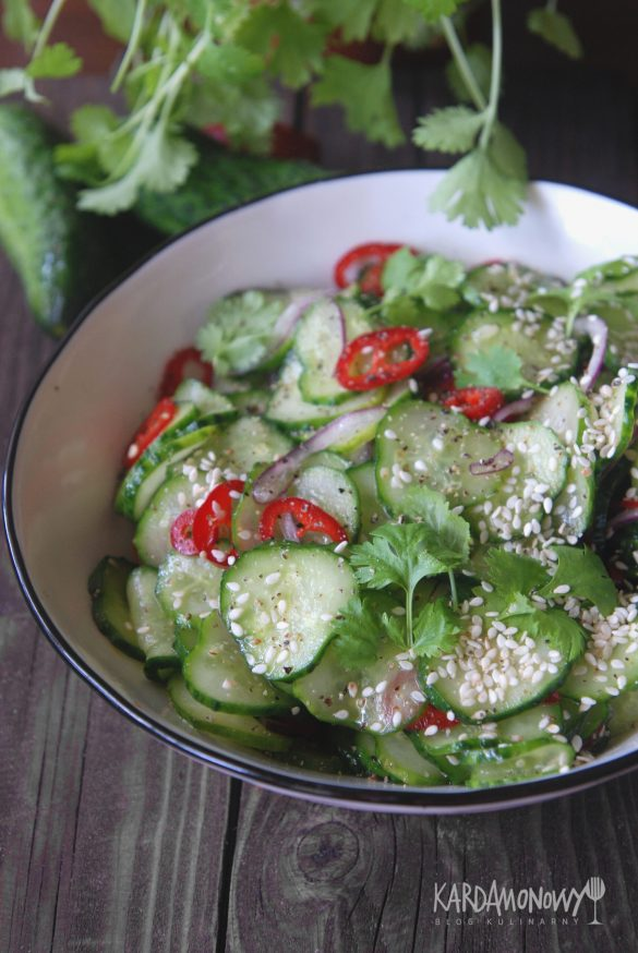 Sałatka z ogórkami, chili, kolendrą i sezamem
