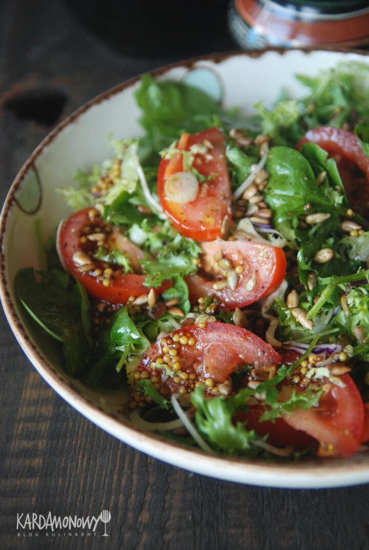 Sałatka ze szpinakiem, pomidorami i musztardą francuską