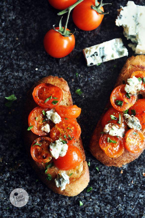 Grzanki z pomidorkami koktajlowymi i serem pleśniowym