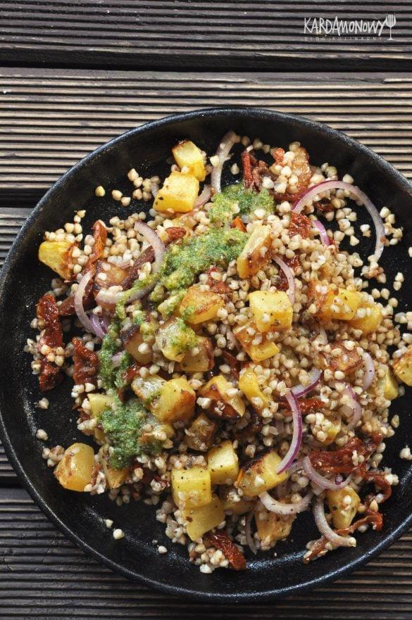 Kasza gryczana z dynią, suszonymi pomidorami i pesto