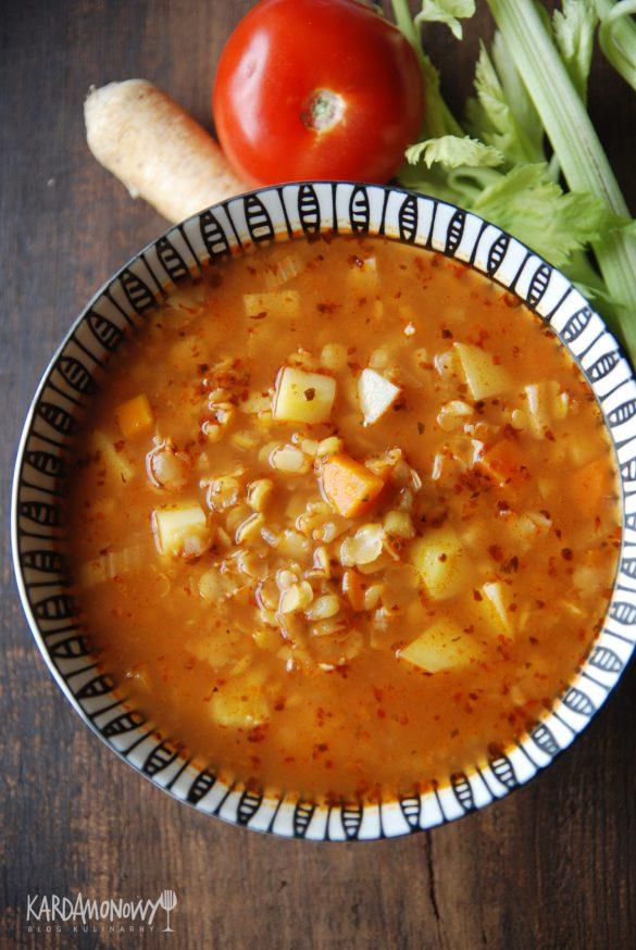 Wegetariańska zupa grochowa z pomidorami