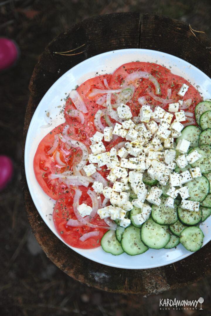 Sałatka z pomidorami, ogórkami i fetą