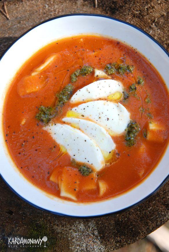 Gęsta pomidorowa z pesto i mozzarellą