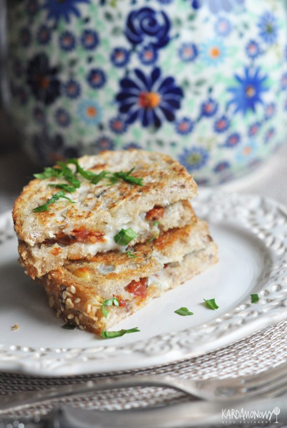 Grzanki z gorgonzolą i suszonymi pomidorami
