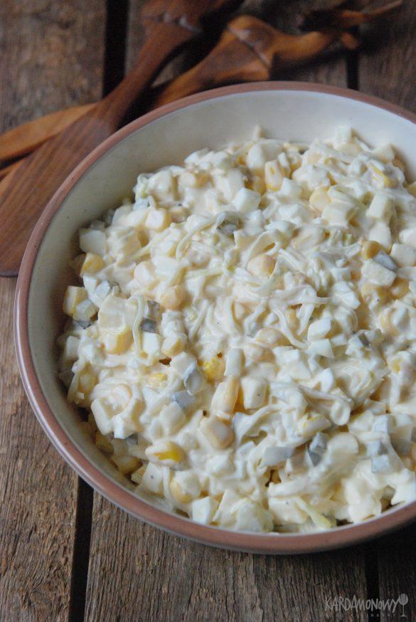 Sałatka z jajkami, porem, serem żółtym i kukurydzą