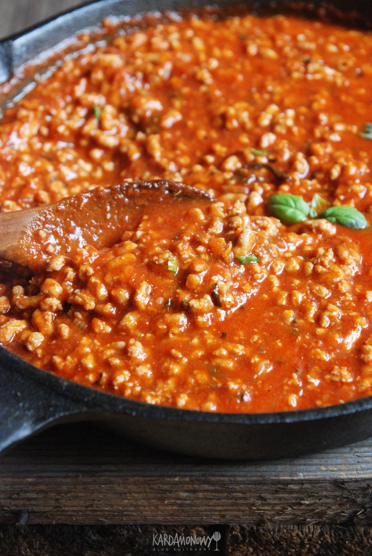 Sos pomidorowy z mięsem mielonym