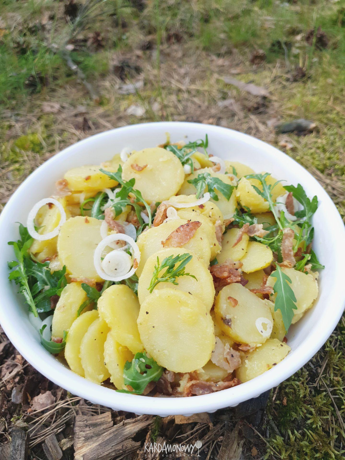 Sałatka z ziemniakami, rukolą i boczkiem