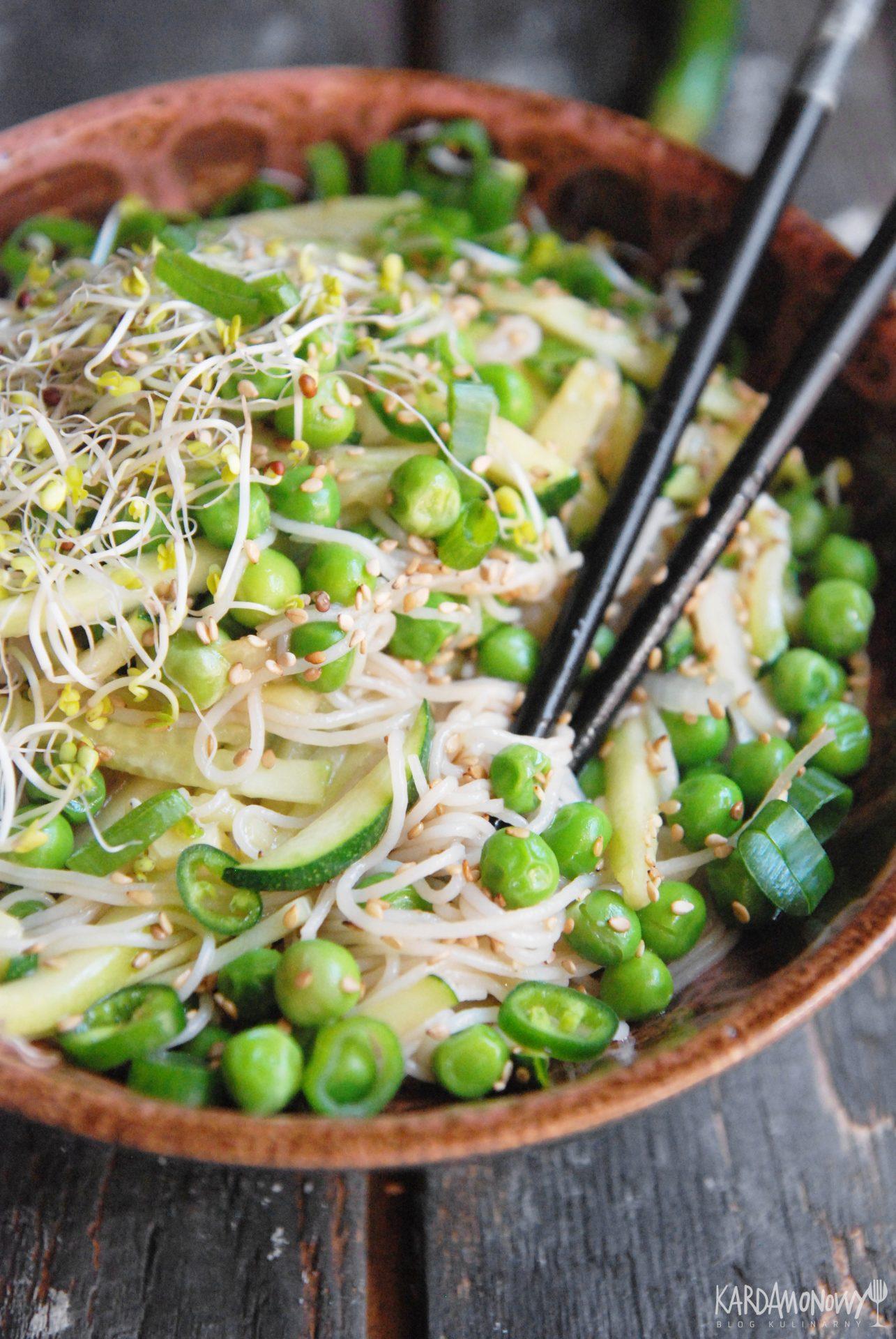 Makaron ryżowy z cukinią, groszkiem i ogórkiem