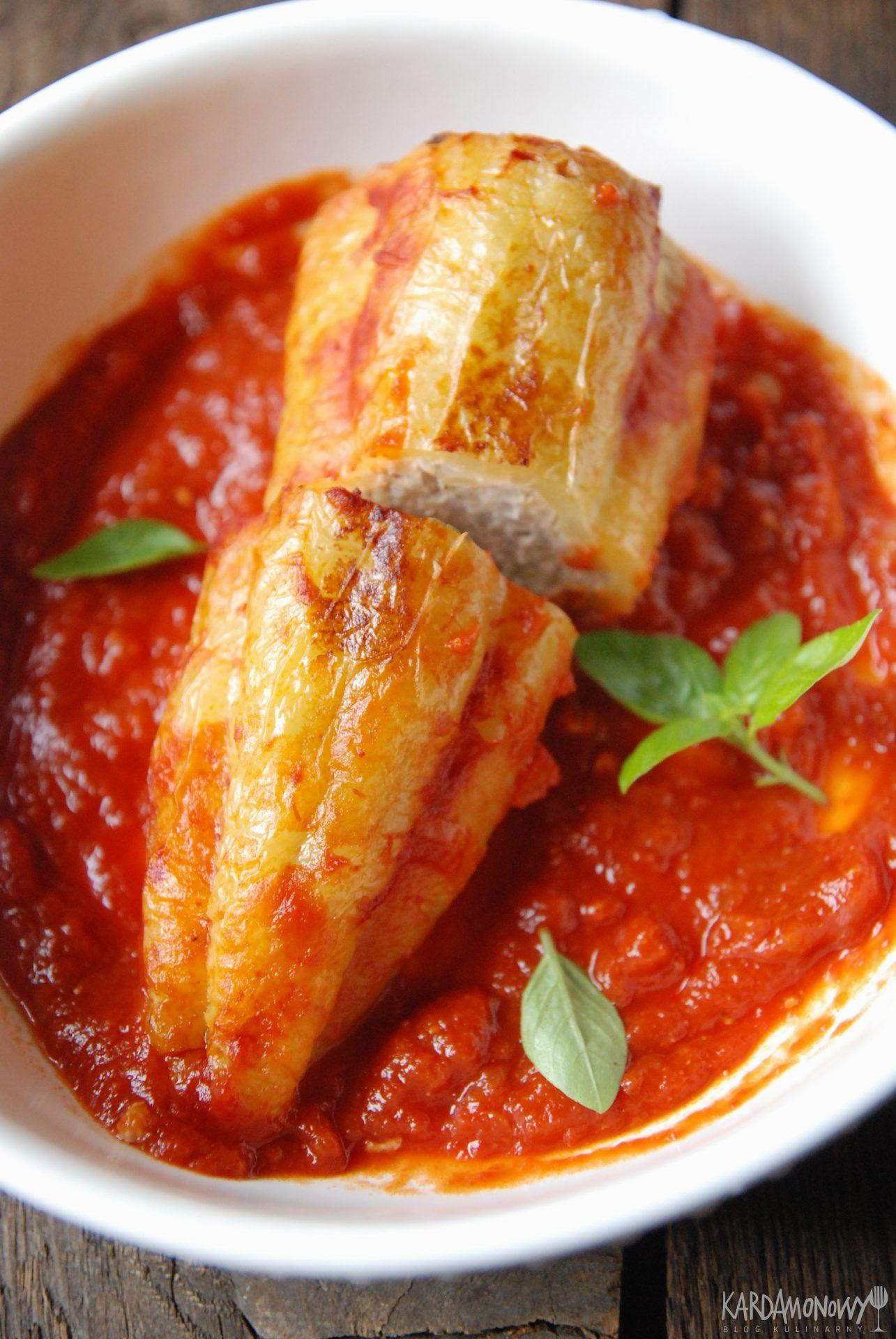 Papryki faszerowane z sosem pomidorowym