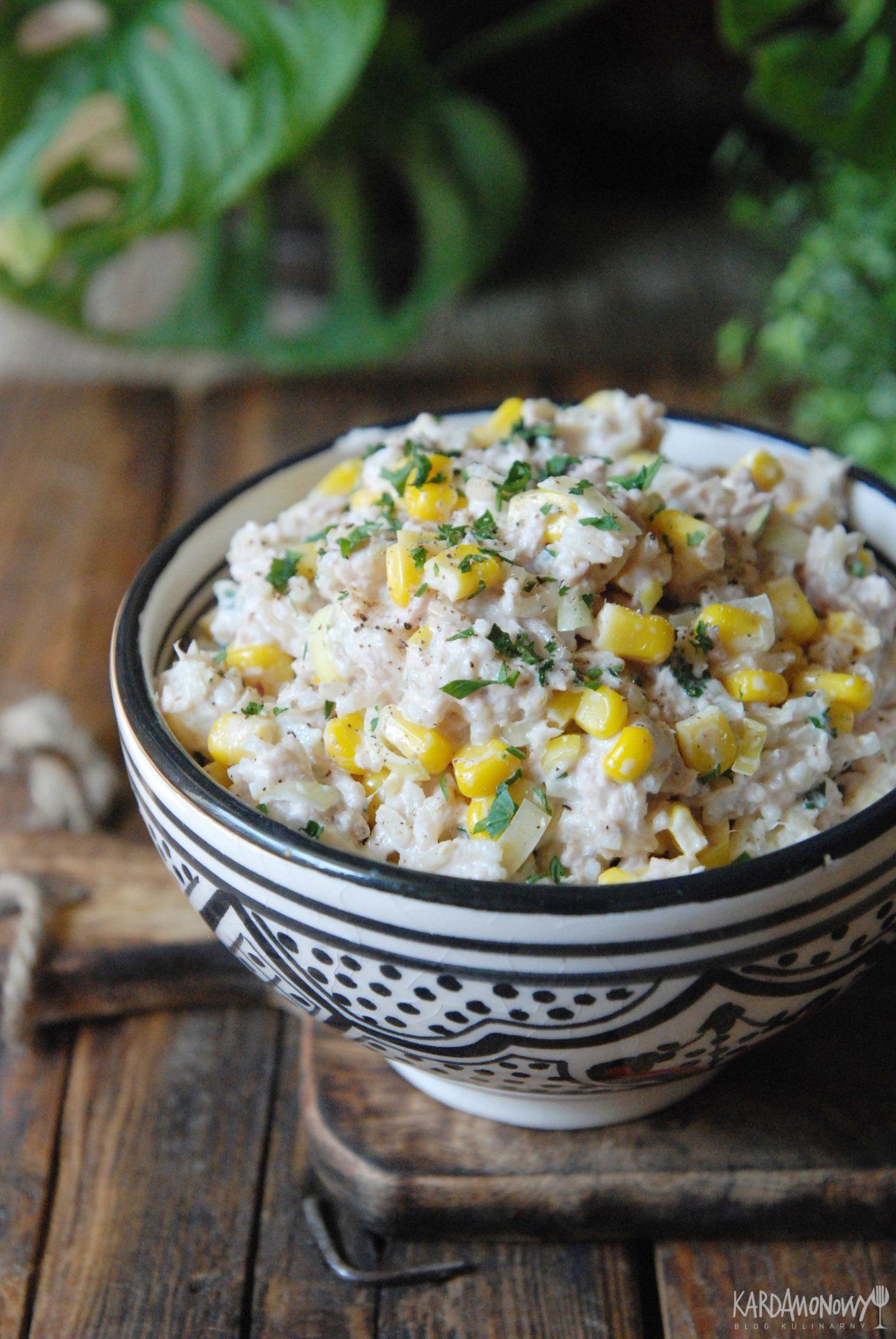 Sałatka z tuńczykiem, porem, kukurydzą i ananasem