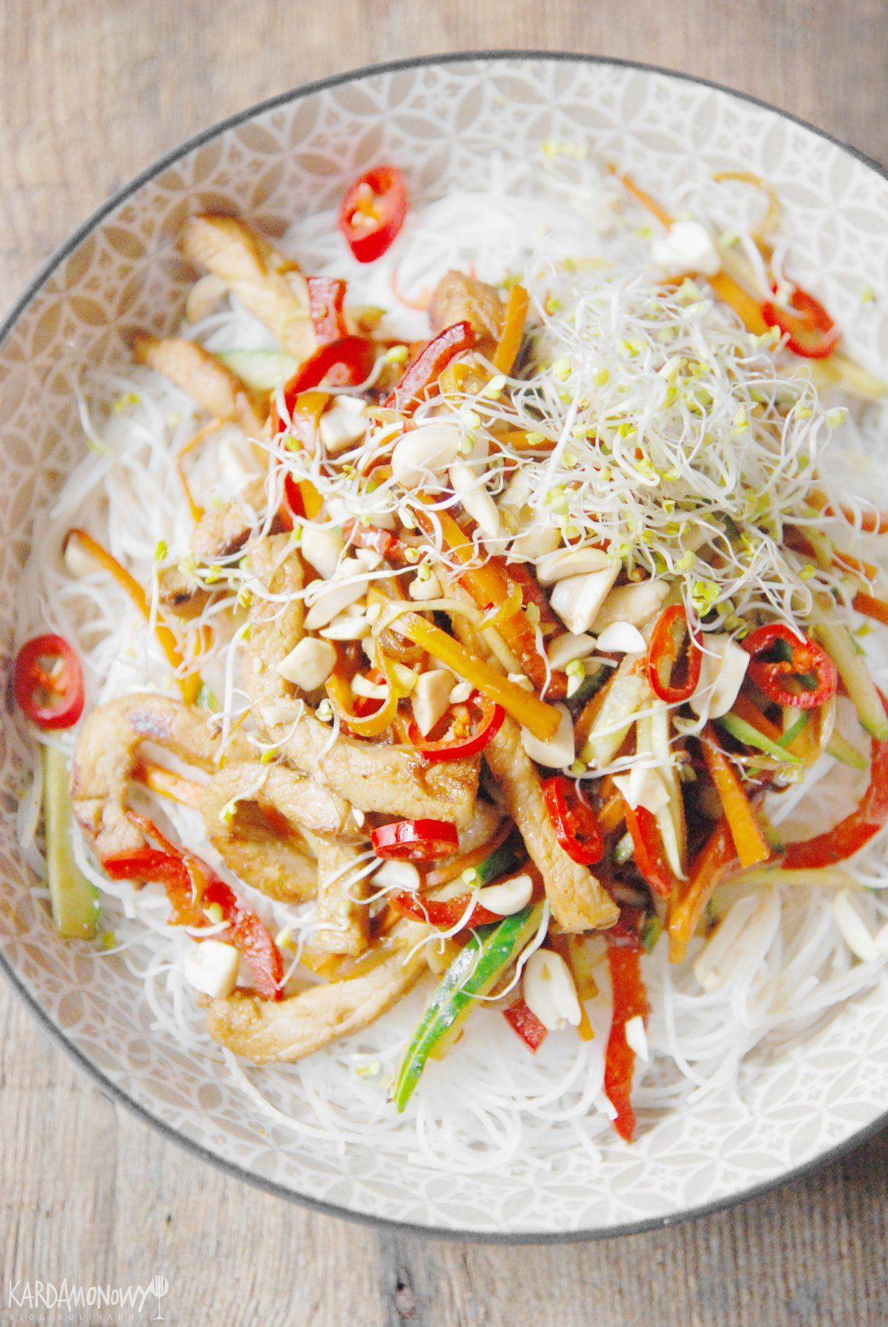 Makaron ryżowy ze schabem i warzywami